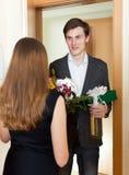 Χαμογελώντας άνδρας που δίνει τα δώρα στη γυναίκα Στοκ εικόνα με δικαίωμα ελεύθερης χρήσης