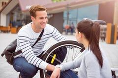 Χαμογελώντας άνδρας που εξετάζει τη γυναίκα Στοκ φωτογραφία με δικαίωμα ελεύθερης χρήσης