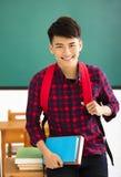 Χαμογελώντας άνδρας σπουδαστής που στέκεται στην τάξη Στοκ εικόνα με δικαίωμα ελεύθερης χρήσης