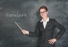 Χαμογελώντας δάσκαλος με το δείκτη και την εργασία φράσης Στοκ Εικόνα