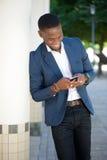 Χαμογελώντας άτομο αφροαμερικάνων που στέλνει το μήνυμα κειμένου Στοκ Φωτογραφία