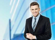 Χαμογελώντας άτομο με τα χέρια στα αυτιά του Στοκ Εικόνες