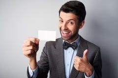 Χαμογελώντας άτομο με τον αντίχειρα επάνω και την κενή κάρτα επίσκεψης Στοκ φωτογραφία με δικαίωμα ελεύθερης χρήσης