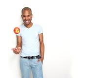 Χαμογελώντας άτομο με το μήλο στοκ φωτογραφίες