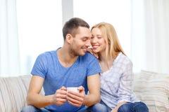 Χαμογελώντας άτομο με το φλυτζάνι του τσαγιού ή καφές με τη σύζυγο Στοκ Εικόνα