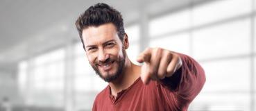 Χαμογελώντας άτομο που δείχνει στη κάμερα Στοκ φωτογραφία με δικαίωμα ελεύθερης χρήσης