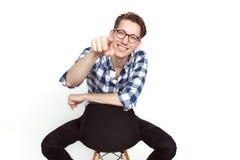 Χαμογελώντας άτομο που δείχνει στη κάμερα Στοκ εικόνα με δικαίωμα ελεύθερης χρήσης