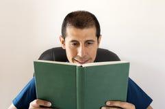 Χαμογελώντας άτομο που διαβάζει ένα βιβλίο Στοκ εικόνες με δικαίωμα ελεύθερης χρήσης