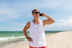 Χαμογελώντας άτομο που καλεί το smartphone στη θερινή παραλία Στοκ φωτογραφίες με δικαίωμα ελεύθερης χρήσης