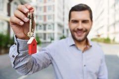 Χαμογελώντας άτομο που κρατά ψηλά τα κλειδιά Στοκ φωτογραφία με δικαίωμα ελεύθερης χρήσης