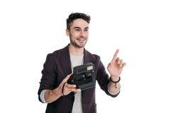 Χαμογελώντας άτομο που παίρνει τη φωτογραφία με τη στιγμιαία εκλεκτής ποιότητας κάμερα Στοκ φωτογραφία με δικαίωμα ελεύθερης χρήσης