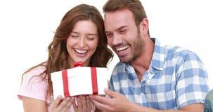 Χαμογελώντας άτομο που προσφέρει το δώρο στη φίλη του φιλμ μικρού μήκους
