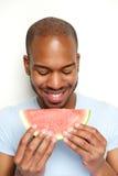 Χαμογελώντας άτομο που τρώει το καρπούζι στοκ εικόνα