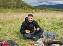 Χαμογελώντας άτομο που τρώει το κόκκινο χαβιάρι υπαίθρια Στοκ Φωτογραφία