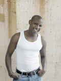 Χαμογελώντας άτομο που φορά μια άσπρη κορυφή δεξαμενών στοκ εικόνες