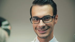 Χαμογελώντας άτομο που φορά eyeglass φιλμ μικρού μήκους
