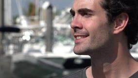 Χαμογελώντας άτομο στη μαρίνα ή το λιμάνι φιλμ μικρού μήκους
