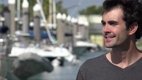 Χαμογελώντας άτομο στη μαρίνα ή το λιμάνι απόθεμα βίντεο