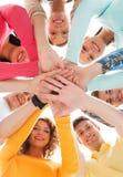 Χαμογελώντας έφηβοι με τα χέρια το ένα πάνω από το άλλο Στοκ Φωτογραφία