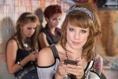Χαμογελώντας έφηβος με το κινητό τηλέφωνο Στοκ Εικόνες