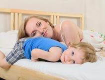 Χαμογελώντας αγόρι με τη μητέρα του Στοκ φωτογραφίες με δικαίωμα ελεύθερης χρήσης