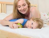 Χαμογελώντας αγόρι με τη μητέρα του Στοκ εικόνα με δικαίωμα ελεύθερης χρήσης