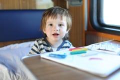 Χαμογελώντας αγόρι με το playdough στο τραίνο Στοκ φωτογραφία με δικαίωμα ελεύθερης χρήσης