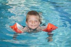 Χαμογελώντας αγόρι που απολαμβάνει την πισίνα Στοκ Εικόνα