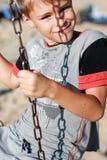 Χαμογελώντας αγόρι στην ταλάντευση Στοκ φωτογραφίες με δικαίωμα ελεύθερης χρήσης