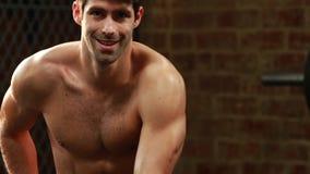 Χαμογελώντας αθλητής που προετοιμάζεται να κάνει ένα workout απόθεμα βίντεο