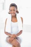 Χαμογελώντας αθλητική γυναίκα που φορά την πετσέτα στους ώμους στοκ εικόνα με δικαίωμα ελεύθερης χρήσης