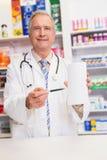 Χαμογελώντας ανώτερος γιατρός που δείχνει το έγγραφο Στοκ φωτογραφία με δικαίωμα ελεύθερης χρήσης