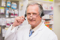 Χαμογελώντας ανώτερος φαρμακοποιός με το ακουστικό Στοκ φωτογραφία με δικαίωμα ελεύθερης χρήσης