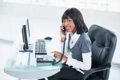 Χαμογελώντας αριστοκρατική επιχειρηματίας που απαντά στο τηλέφωνο Στοκ Εικόνα