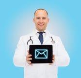 Χαμογελώντας αρσενικός γιατρός με το PC στηθοσκοπίων και ταμπλετών Στοκ εικόνες με δικαίωμα ελεύθερης χρήσης
