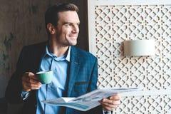 Χαμογελώντας αρσενικό δοκιμάζοντας φλιτζάνι του καφέ Στοκ Φωτογραφία