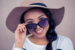 Χαμογελώντας ασιατική γυναίκα με το καπέλο και τα γυαλιά ηλίου Στοκ φωτογραφία με δικαίωμα ελεύθερης χρήσης