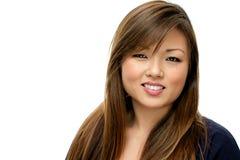 Χαμογελώντας ασιατική γυναίκα στο μπλε πουκάμισο Στοκ Φωτογραφίες