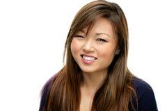 Χαμογελώντας ασιατική γυναίκα στο μπλε πουκάμισο Στοκ εικόνα με δικαίωμα ελεύθερης χρήσης