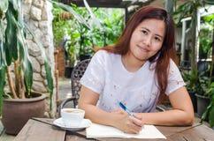 Χαμογελώντας ασιατική γυναίκα στοκ εικόνες