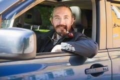 Χαμογελώντας ασιατικός καπνίζοντας σωλήνας ατόμων οδηγός Στοκ φωτογραφία με δικαίωμα ελεύθερης χρήσης