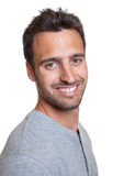 Χαμογελώντας λατινικό άτομο σε μια μπλε ζακέτα στοκ εικόνα με δικαίωμα ελεύθερης χρήσης