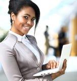 Χαμογελώντας αφρικανική επιχειρηματίας στοκ εικόνες