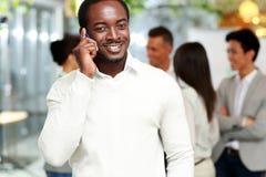 Χαμογελώντας αφρικανικός επιχειρηματίας που μιλά στο smartphone Στοκ φωτογραφία με δικαίωμα ελεύθερης χρήσης