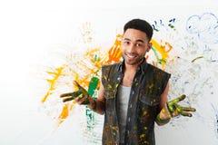 Χαμογελώντας αφρικανικός νεαρός άνδρας βρώμικος με τα χρώματα που χρωματίζουν με το χέρι στοκ φωτογραφία με δικαίωμα ελεύθερης χρήσης