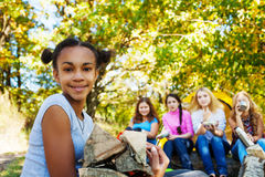 Χαμογελώντας αφρικανικό ανάβοντας ξύλο εκμετάλλευσης κοριτσιών Στοκ Φωτογραφίες