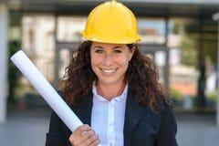 Χαμογελώντας βέβαιος νέος θηλυκός αρχιτέκτονας Στοκ φωτογραφίες με δικαίωμα ελεύθερης χρήσης