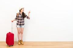 Χαμογελώντας βαλίτσα ταξιδιού εκμετάλλευσης γυναικών backpacker Στοκ φωτογραφία με δικαίωμα ελεύθερης χρήσης