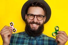 Χαμογελώντας γενειοφόρος νεαρός άνδρας με δύο κλώστες Στοκ Εικόνες