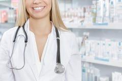 Χαμογελώντας γιατρός γυναικών με το στηθοσκόπιο στοκ φωτογραφίες